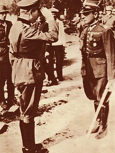 Generał Eberhardt przyjmuje od majora Sucharskiego kapitulację Westerplatte. Scenka odegrana przed kamerą Urzędu Propagandy Rzeszy (Fot. strony.aster.pl)