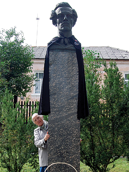 Pomnik Juliusza Słowackiego przed dworkiem poety (Fot. Krzysztof Jabłonka)
