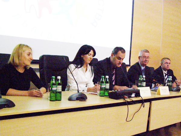 Julia  Chomczyn (od lewej), Oksana Kulik, konsulowie Marcin Zieniewicz i Jarosław Drozd i Marcin Kuksinowicz (Fot. Krzysztof Szymański)