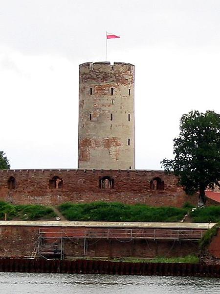 Centralna wieża twierdzy i otaczający ją murowany wieniec (Fot. pl.wikipedia.org)