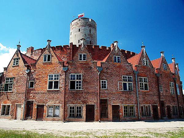 Od strony lądu wieniec otaczają domy dla rodzin oficerów służących w twierdzy (Fot. pl.wikipedia.org)