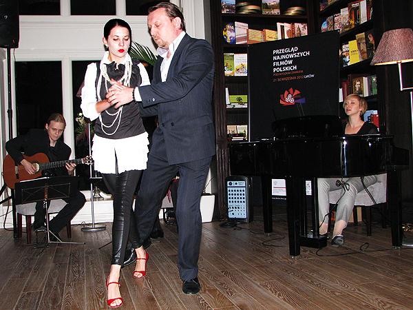 """Gra zespół Sentido del Tango, tańczy Duet ze Lwowa """"Barrio de Palermo"""" Wiktor i Anna (Fot. Julia Łokietko)."""