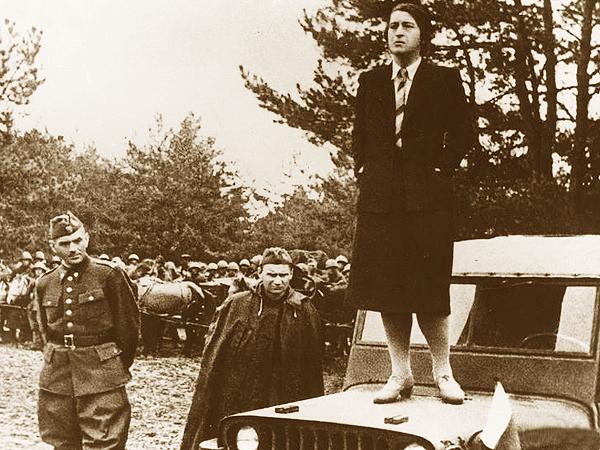 Wanda Wasilewska przemawia, z lewej stoi gen. Zygmunt Berling (Fot. Narodowe Archiwum Cyfrowe)