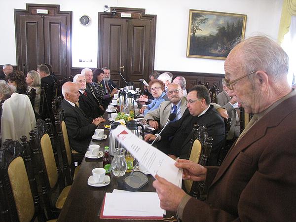 Nadesłane listy gratulacyjne odczytał red. Józef Kanik (Fot. Józef Gajda)