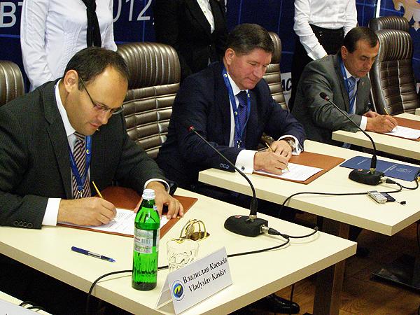 Moment podpisania umowy (Fot. Krzysztof Szymański)