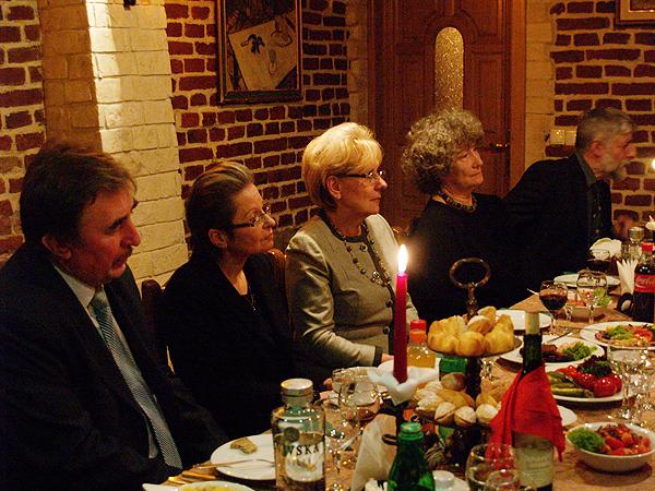 Od lewej: prezes TKPZL Emil Legowicz, dyrektor polskiej szkoły nr 24 Lucyna Kowalska, dyrektor polskiej szkoły nr 10 Marta Markunina, prezes FOPnU Emilia Chmielowa, harcmistrz Harcerstwa Polskiego na Ukrainie Stefan Adamski (Fot. Eugeniusz Sało)