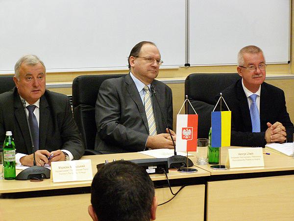 Od lewej: ambasador Markijan Malski, ambasador Henryk Litwin i konsul generalny RP we Lwowie Jarosław Drozd (Fot. Krzysztof Szymański)