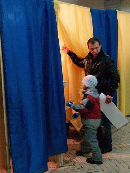 Głosowanie na jednej z dzielnic wyborczych we Lwowie (Fot. Maria Basza)