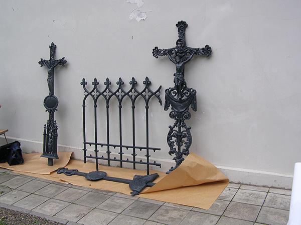 Żeliwne krzyże z grobu rodziny Wejglów (Fot. Jurij Smirnow)