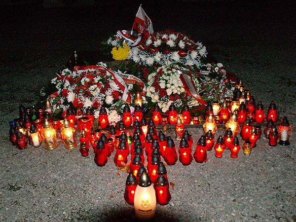 Krzyż ułożony ze zniczy na Cmentarzu Orląt (Fot. Eugeniusz Sało)