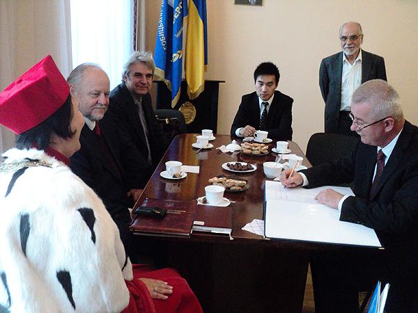 Wpisu do księgi pamiątkowej dokonuje konsul generalny RP we Lwowie Jarosław Drozd (Fot. Leonid Golberg)