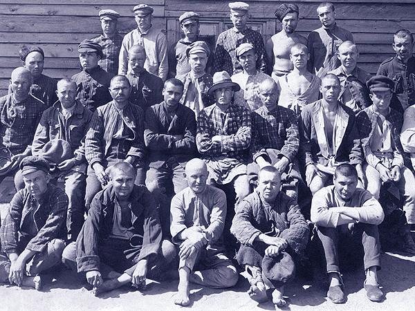 Grupa jeńców bolszewickich w obozie pod Warszawą (Fot. CAW)