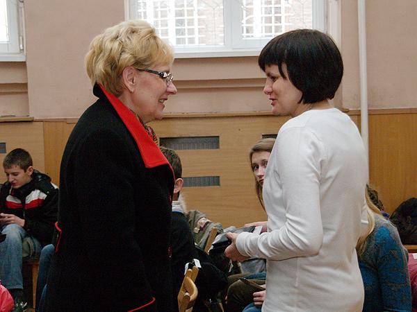 Marta Markunina, dyrektor szkoły nr 10 we Lwowie z polskim językiem nauczania i Eliza Dzwonkiewicz, prezes Fundacji Banku Zachodniego WBK (Fot. Eugeniusz Sało)