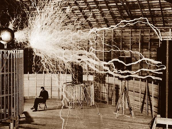 Nikola Tesla w pracowni (Fot. quantumaniac.tumblr.com)