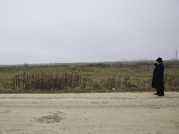 Hryhorij Ryszko z Hruszewa pokazuje pole za wioską, po którym pobiegnie przyszła droga do przejścia granicznego w Budomierzu (Fot. Jacek Borzęcki)