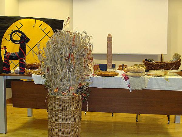 Święto Godowe. Rodzimy Kościół Polski. Na stole przygotowane już dania, a koło stołu diduch (Fot. pl.wikipedia.org)