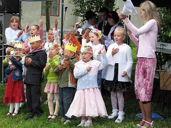 Zespół przedszkolaków Perełka bawi gości z okazji III jubileuszu TKPZL w Łanowicach (Fot. Julia Łokietko)