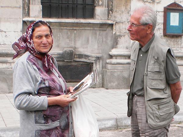 Bratanek ks. bpa Jana Cieńskiego Tadeusz Cieński rozmawia z osobami, które znały jego stryja (Fot. Stanisław Wodyński)