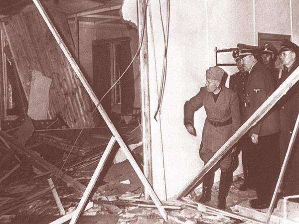 Hitler pokazuje Mussoliniemu (pierwszy od lewej) miejsce zamachu (Fot. Bundesarchiv)
