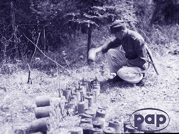 Polski saper ustawia wydobyte przez siebie miny (Fot. PAP)