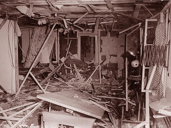 Sala, gdzie odbywała się narada, zdemolowana wybuchem bomby (Fot. Bundesarchiv)