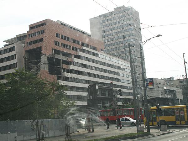 Takiego rodzaju ślady wojny można odnaleźć w centrum stolicy Serbii (Fot. Sabina Różycka)