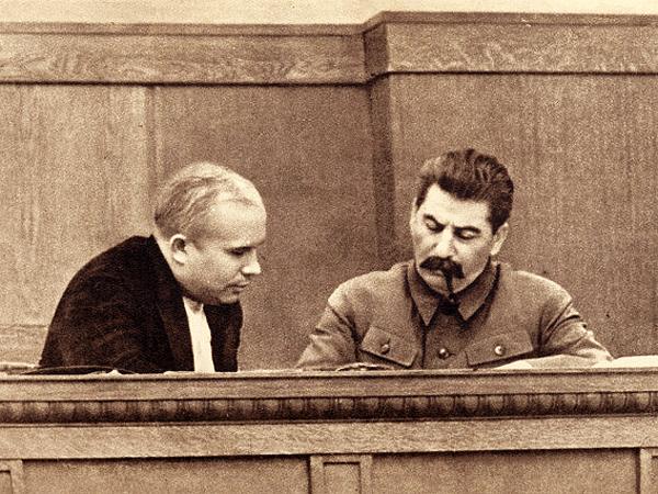 Józef Stalin w latach 30. XX wieku. Obok niego Nikita Chruszczow (Fot. en.wikipedia.org)
