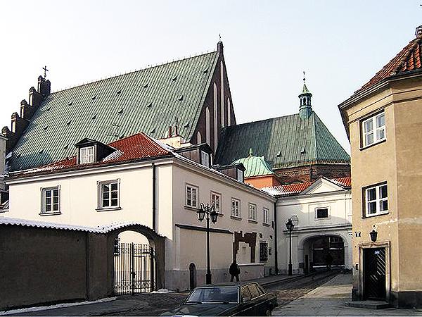 Patrząc z zewnątrz, widać katedrę i galerię dochodzącą do jej boku. To tutaj rozegrała się tragedia (Fot. salonliteracki.pl)