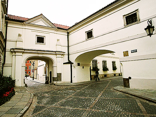 Ponad bramami widać (prostokątne okienka) przebieg galerii prowadzącej z zamku do katedry (Fot. salonliteracki.pl)