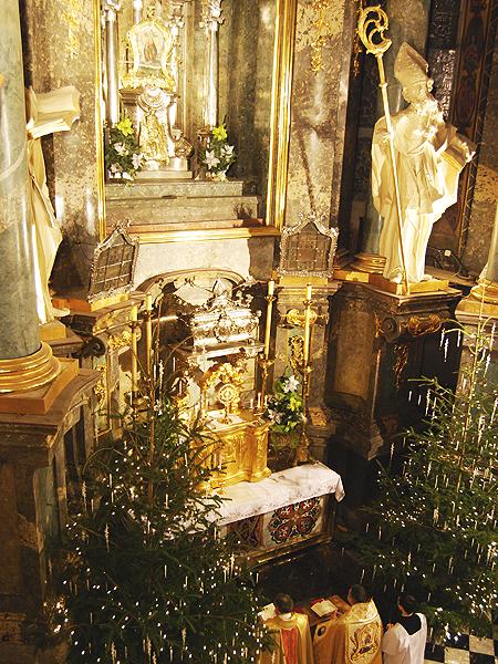 Modlitwa przed obrazem Matki Bożej Łaskawej (Fot. Konstanty Czawaga)