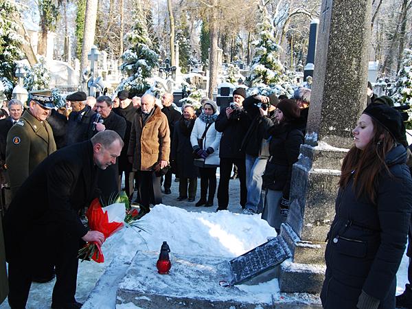Kwiaty na grobie gen. Antoniego Jeziorańskiego składa szef Kancelarii Prezydenta RP Jacek Michałowski (Fot. Konstanty Czawaga)