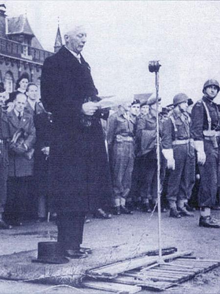 Podniosła uroczystość na rynku miasta Breda. Burmistrz w imieniu mieszkańców miasta dziękuje Polakom. W głębi widać polskich żołnierzy (Fot. m.e-dp.pl)