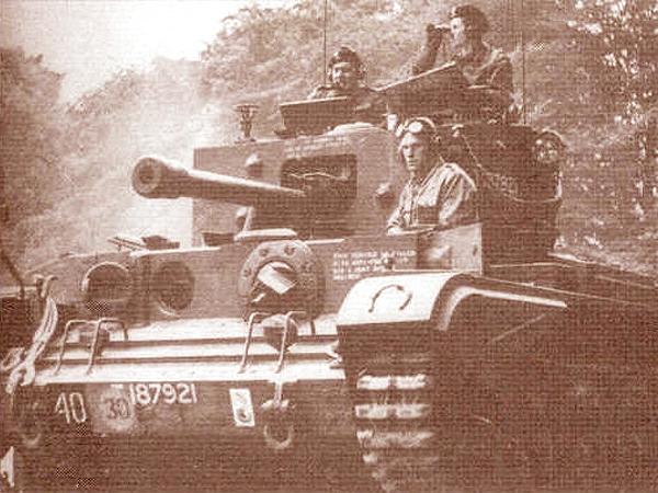 """""""Hela"""". Czołg generała Maczka. Generał na wieży czołgu po lewej stronie (Fot. askfactmaster.com)"""