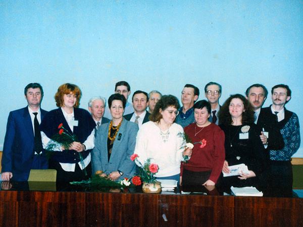Pierwszy zarząd Federacji z 1993 r. W pierwszym rzędzie, trzecia od lewej – Emilia Chmielowa (Fot. archiwum FOPnU)