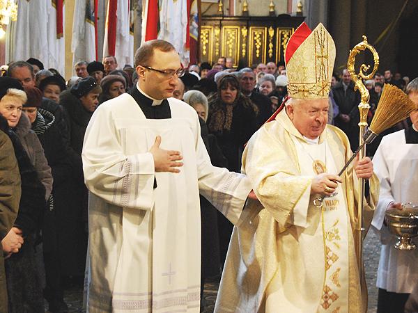 Biskup Kazimierz Górny błogosławi parafianom katedry (Fot. Konstanty Czawaga)