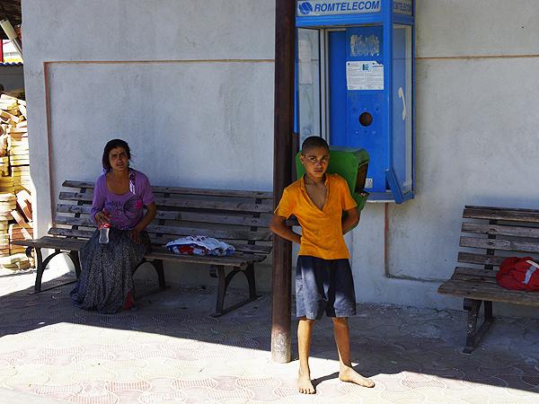 Babadag, cygański chłopczyk i jego matka na dworcu autobusowym, jej spojrzenie tak mnie wystraszyło (Fot. Wojciech Jankowski)