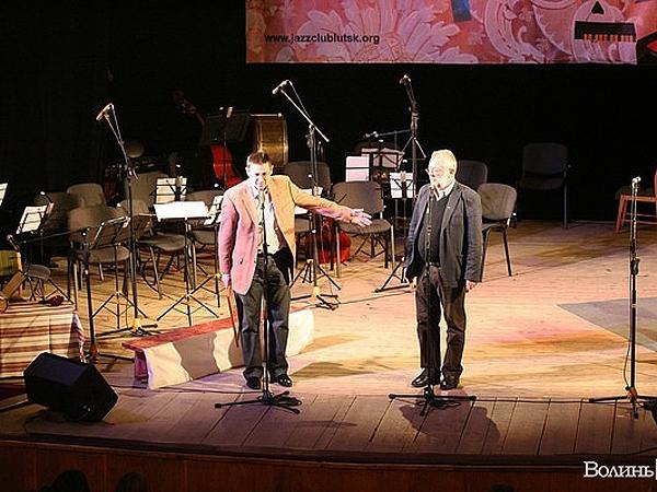 Oleg Bakowski (od lewej) składa gratulacje Krzysztofowi Sawickiemu (Fot. volynpost.com)