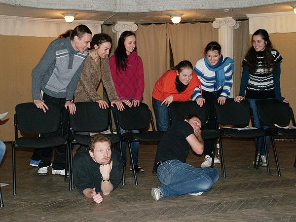Młodzież bawi się w teatr