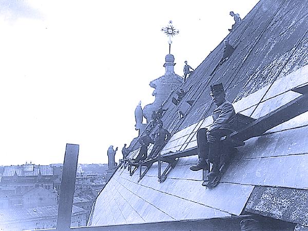 Żołnierze austriaccy rekwirują, dach miedziany na kościele Bernardynów we Lwowie, 1915-1917 r.