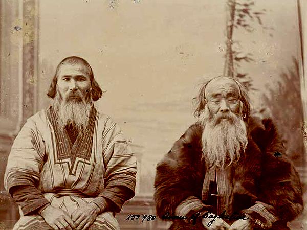Ajnowie z Saghelieu. Portret autorstwa Bronisława Piłsudskiego przedstawiający dwóch mężczyzn w strojach ludowych (click.si.edu)