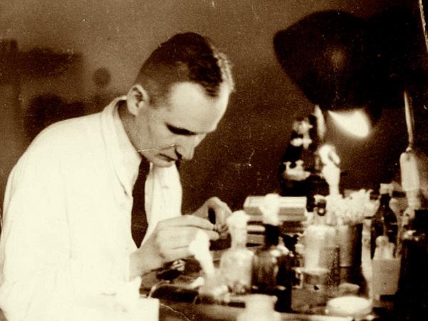 Henryk Mosing podczas pracy w laboratorium prof. Rudolfa Weigla (Fot. lwow.home.pl)