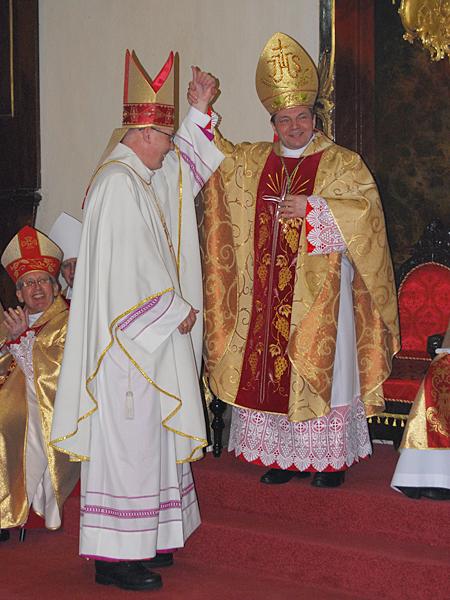 Ordynariusz diecezji kamieniecko-podolskiej bp Leon Dubrawski cieszy się z tego, że ma jeszcze jednego biskupa pomocniczego. Obok siedzi bp pomocniczy Jan Niemiec (Fot. Konstanty Czawaga)