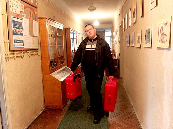 Arkadiusz Łukowski, jeden z uczestników akcji, podczas przekazania książek lwowskiej bibliotece (Fot. warszawski pis.pl)