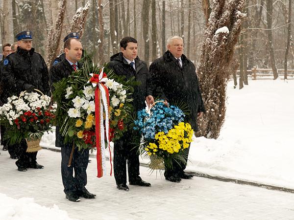 Złożenie kwiatów na grobach inteligencji polskiej, wymordowanej w 1941 r. przez Niemców w Czarnym Lesie (Fot. Mirosław Rowicki)