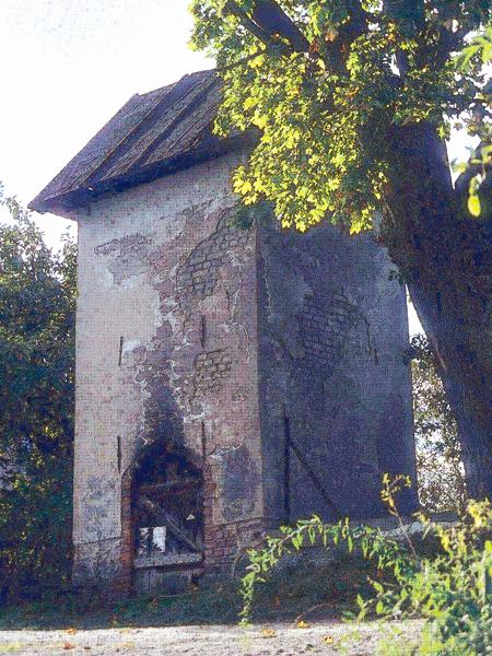 Wieża ciśnień, stojąca we wsi na szczycie skarpy (Fot. Tomasz Sowiński)