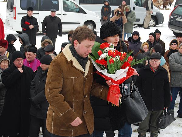 Andrzej Leusz i Sabina Malinowska składają kwiaty przed pomnikiem w Hucie Pieniackiej (Fot. Konstanty Czawaga)