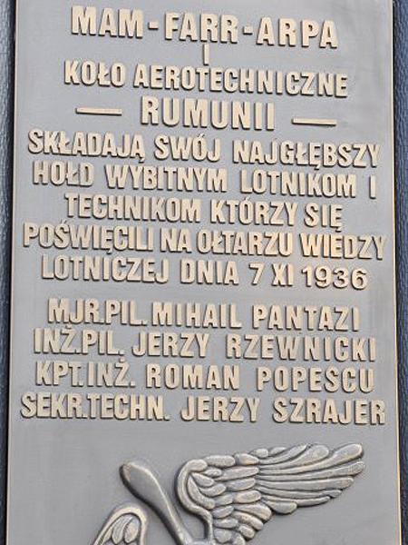 Tablica z rumuńskiego pomnika. Proszę zwrócić uwagę na symbol złamanego śmigła (Fot. pasimitam.pl)