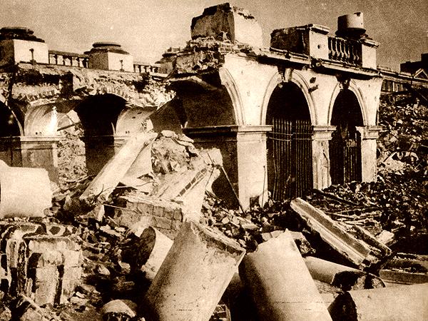 Ruiny Pałacu Saskiego z zachowanym fragmentem arkad nad Grobem Nieznanego Żołnierza, 1945 (Fot. Jan Bułhak/fotopolska.eu)