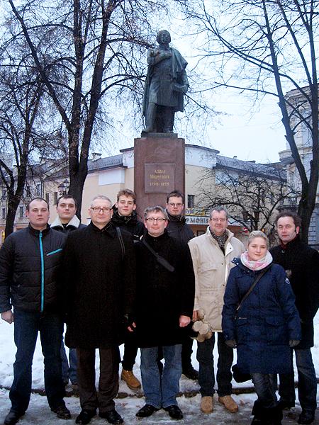 Pod pomnikiem Mickiewicza w Stanisławowie (Fot. Agnieszka Krawczyk)