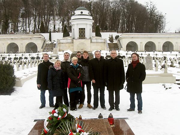 Na Cmentarzu Orląt Lwowskich (Fot. archiwum Otwockiego Klubu Gazety Polskiej)